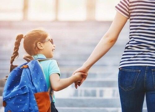Adaptacja do nowej szkoły: jak pomóc dziecku?
