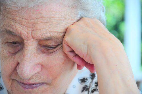 Starsza kobieta podpiera głowę, pielęgnacja głosu