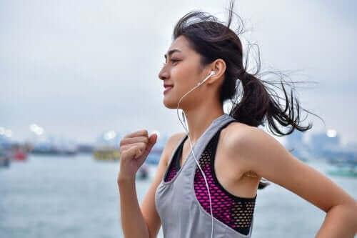 Biegnąca kobieta - sport pozwala kontrolować stan przedcukrzycowy