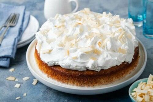 Deser - ciasto z bezą i mlekiem