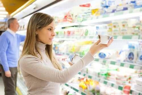 Kobieta czytająca etykietę