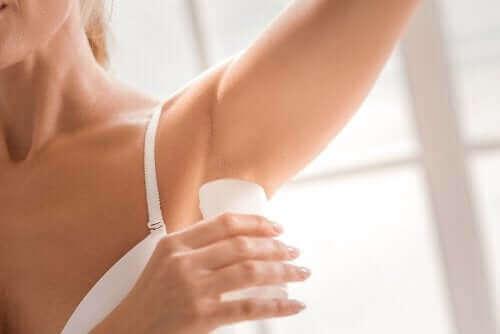 Dezodoranty naturalne- kabieta używa dezodorantu