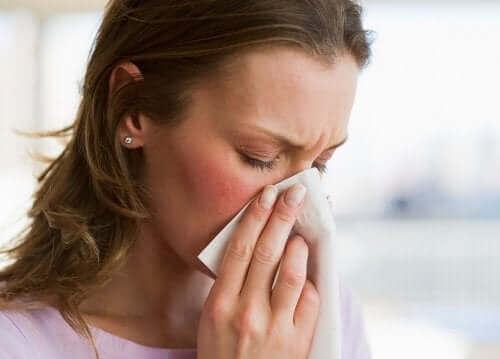 Kobieta dmuchająca nos