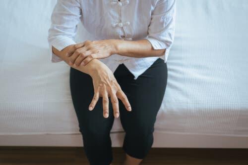 Kobieta dotykająca dłoni
