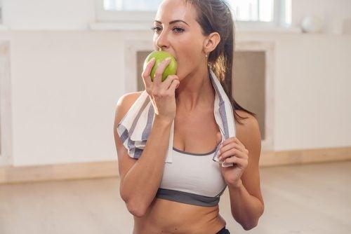 Kobieta jedząca jabłko