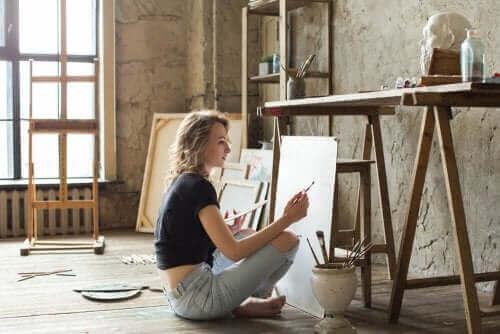 Kobieta malująca obraz