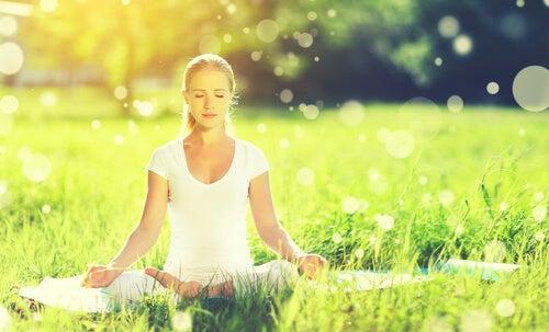 Kobieta medytująca na łące