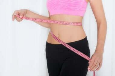 Kobieta mierząca talię - zbyt szybka utrata wagi