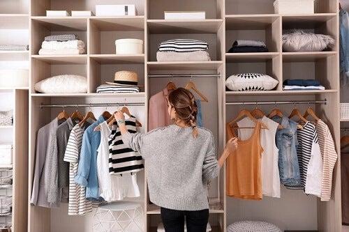 Gromadzenie ubrań: jak nie zapchać sobie szafy?