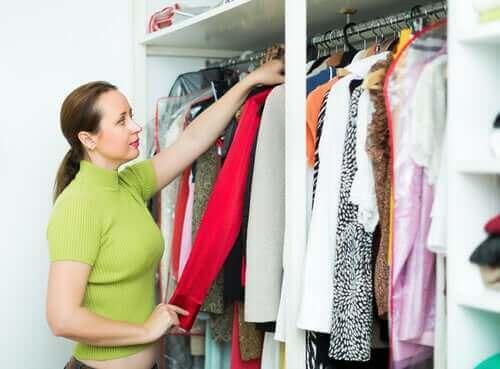 Kobieta przeglądająca ubrania - gromadzenie ubrań