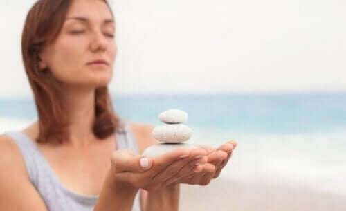 Kobieta trzymająca kamienie