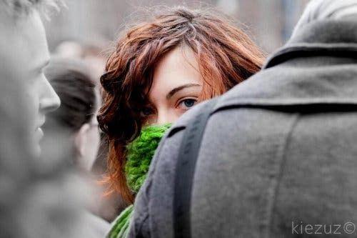 Kobieta w tłumie