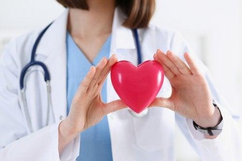 Lekarz z sercem w dłoni