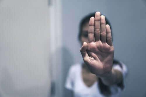 Osoba pokazująca znak stop dłonią