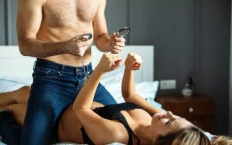 Para w łóżku z kajdankami