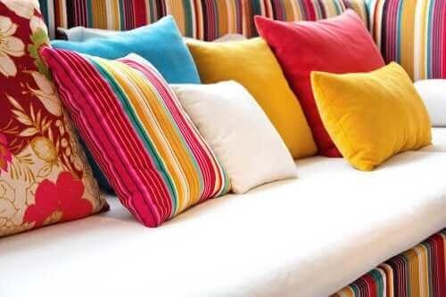 Poduszki na kanapie - jak stworzyć bardziej przytulny dom?