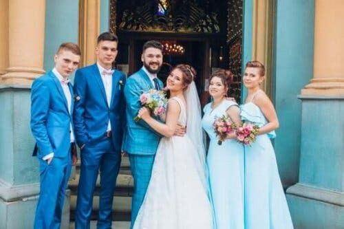 Przed kościołem - matka ślubna, para młoda i świadkowie