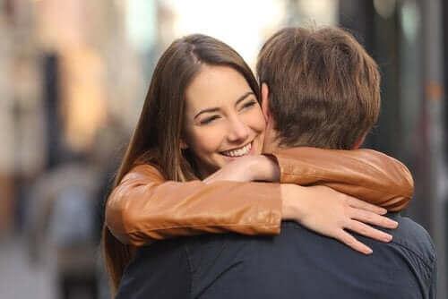 Przytulająca się para - monotonia w związku