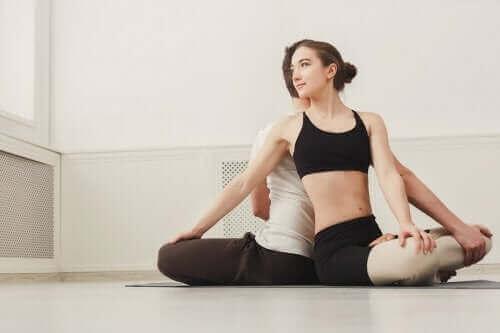 Skręt tułowia - joga par