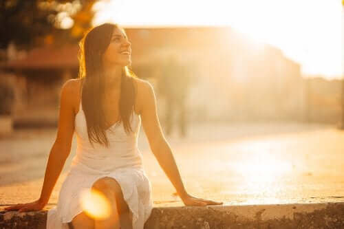 Szczęśliwa kobieta podczas zachodu słońca