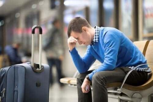 Zmęczony mężczyzna na lotnisku