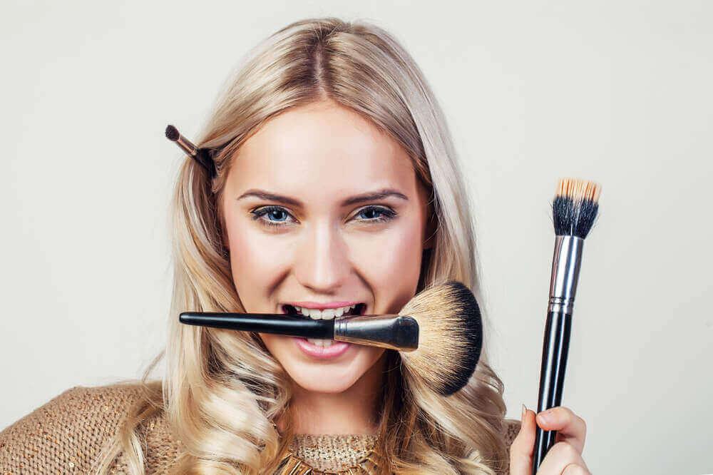 Odpowiednie czyszczenie pędzli do makijażu zapewnia ochronę przed infekcjami.