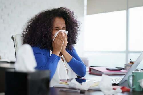 Chora kobieta w pracy