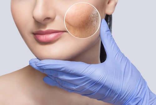 Dermatolog z kobietą