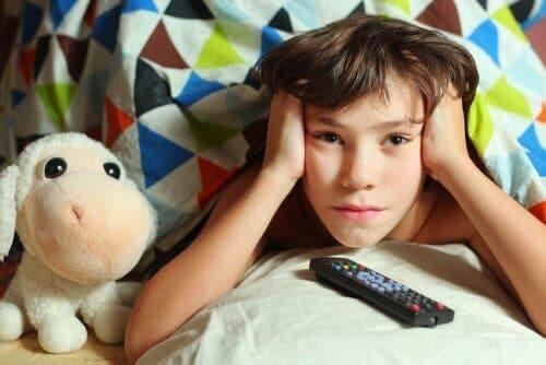 Dziecko ogląda tv