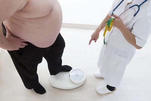 Gruby mężczyzna na wadze