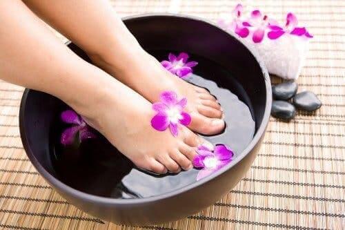 Kobieta mocząca stopy - jak pozbyć się brzydkiego zapachu stóp?