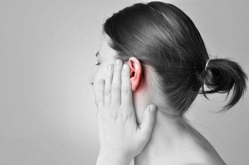 Kobieta z bólem ucha - egzostozy