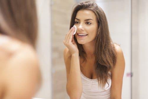 Kobieta zmywająca makijaż