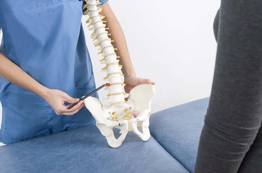 W większości przypadków skolioza nie powoduje bólu i przebiega bezobjawowo. Diagnozy dokonuje się poprzez obserwację.
