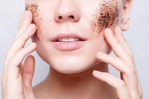 Peeling na twarzy - błędy w pielęgnacji skóry