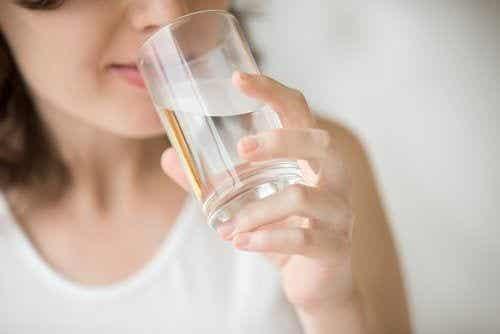Korzyści, z jakimi wiąże się picie wody na pusty żołądek