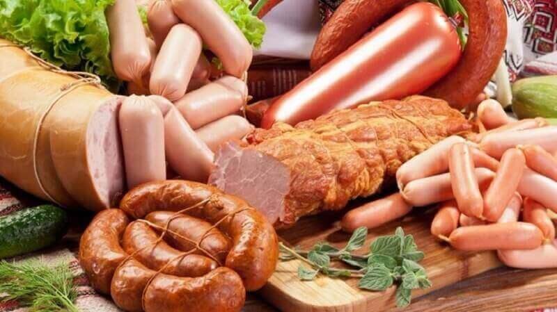 Przetworzone czerwone mięso ma więcej wad niż zalet. Lepiej ograniczyć jego ilość w diecie.