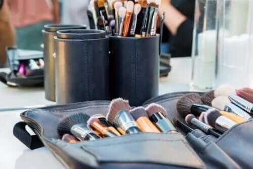 Jak dbać o przybory do makijażu?