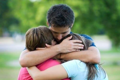 Rodzic przytulający dzieci: jak nauczyć dziecko przepraszać?