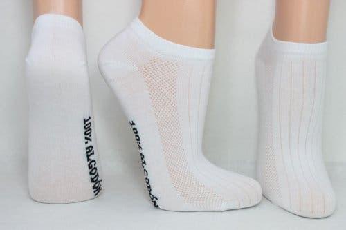 Stopa w białych skarpetkach