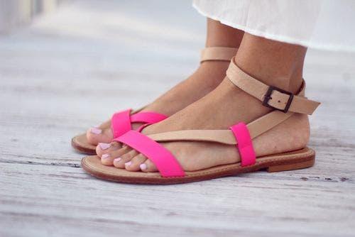 Stopy w sandałach