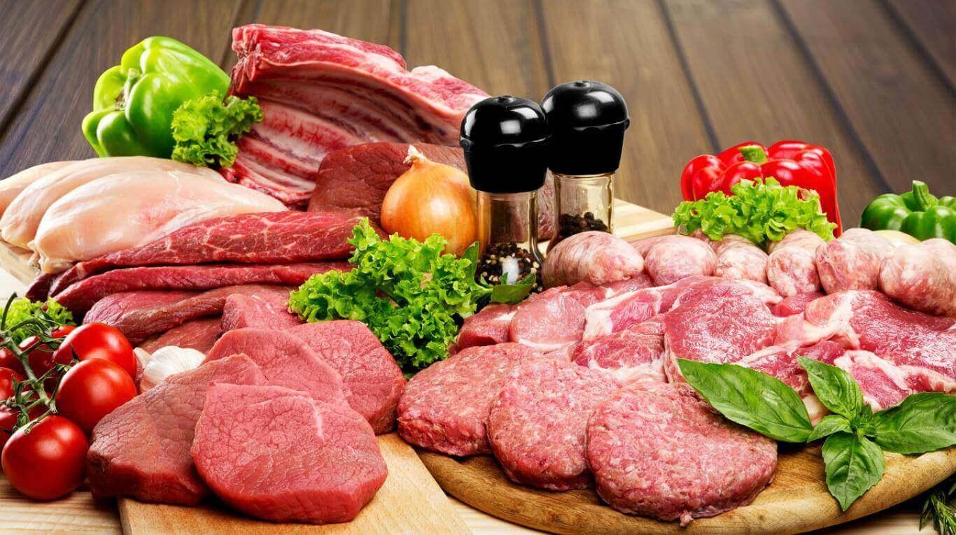 Lepiej ograniczyć ilość czerwonego mięsa w diecie na rzecz białego, będącego źródłem pełnowartościowego białka.