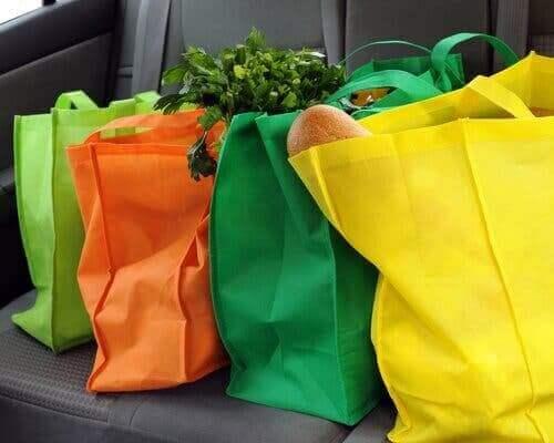 Zakupy w materiałowych torbach