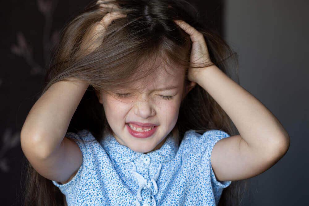 Łysienie plackowate u dzieci może być spowodowane traumą.