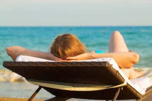 Ekspozycja na słońce jest szkodliwa dla skóry, co może prowadzić do późniejszych zmian nowotworowych.
