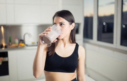 Kobieta pijąca koktajl - co jeść przed bieganiem
