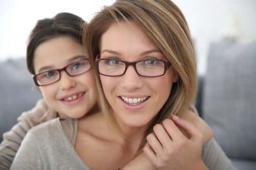 Mama i dziecko w okularach