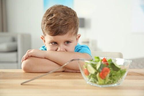 Dziecko przed sałatką