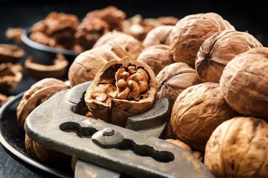 Orzechy zawierają witaminę E, kwasy omega 3, białko i minerały.