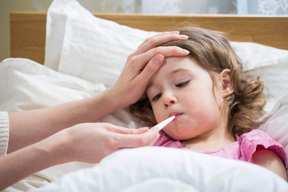 Gorączka i zapalenie węzłów chłonnych to najczęstsze objawy mononukleozy u dzieci.